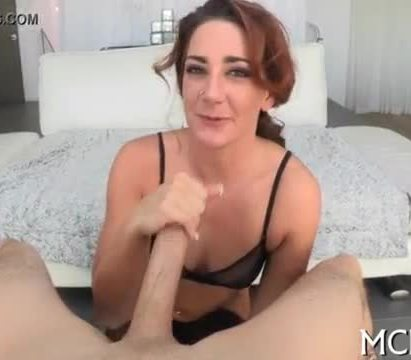 Slut shakes her curves during sex